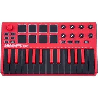 AKAI MINI MK2 MIDI KEYBOARDS RED SPECIAL EDITION MPK Mini Mk2 提供行動編曲者方便的介面,能在各地操作自己的 DAW。能夠塞進包包的尺寸, USB 供電系統,配上 25 鍵可感應力度的小鍵盤,八度切換鈕,特殊的四軸搖桿可對應音高以及其他的調變。八個力度感應的 MPC 格式的打擊墊,並有兩頁可儲存,以及八個可指定的旋鈕。最特別的是在 MPK Mini MK2 上就可以開啟琶音,且可改變琶音的變化