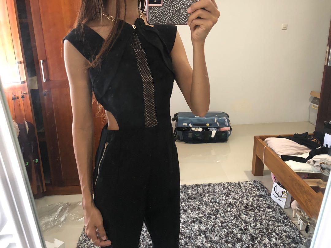 Black jumpsuit w gold chain ,ini masih baru belom pernah ak pke ya masih ada tag Di jual karena a agak longgar ,harga beli 998 $HKD,