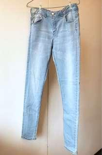 🚚 H&M彈性牛仔褲。淺藍色牛仔褲。彈性佳合腿、修飾、視覺瘦👍🏻