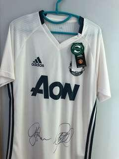Manchester United training jersey signed by Ronnie johnsen