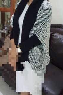 Sweater Jepang. Model gak pasaran. Bahan tebal. Baru beli, ternyata kurang cocok utk di Jakarta. Tag msh nempel.