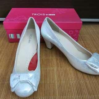 Trois/Pazzion Silver Ribbon Bow Heeled Pumps Shoes