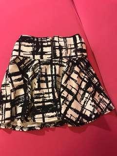 🚚 #十月女裝半價 韓版黑白線條交錯短裙