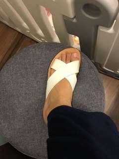 White sandals / white flats