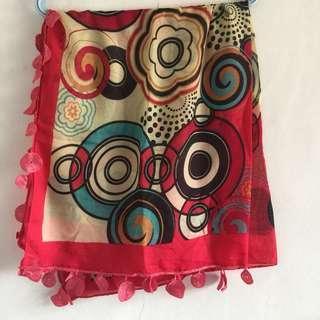 Jilbab segi empat abstrak merah