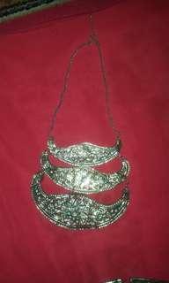 1 perangkat perhiasan wanita dari Bali