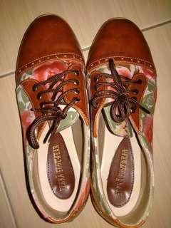 Sepatu Kulit Motif Bunga