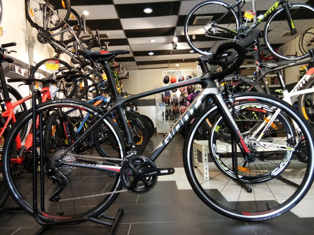 26b33a6bd62 New Giant 2019 TCR Advanced 2 KOM Carbon Road Bike, Sports, Bicycles on  Carousell