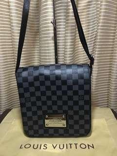 Preloved LV sling graphite