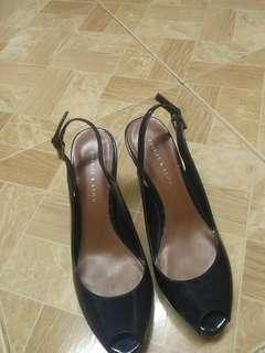 Selling this shoes