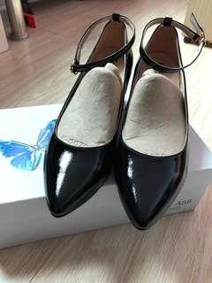 Keeley Ann漆皮質感素面腳踝繫帶全真皮粗跟中跟鞋(黑色)