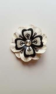 黑白皮革拼接花朵造型手工設計胸針