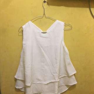 Baju putih tanpa lengan