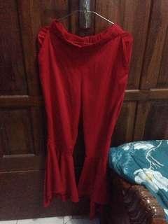 Celana ruffle merah