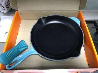 Le crueset skillet round 26cm with silicone handle sleeve