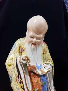 寿比南山。Old porcelain figurine of Longevity.