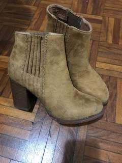 Brown Chelsea boots size 6