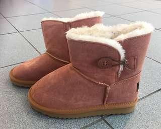澳洲UGG粉紅色毛毛短筒雪靴 EU35