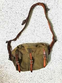 WW2 WWII US ARMY LIGHTWEIGHT SERVICE MASK SHOULDER CANVAS GREEN BAG WITH LEATHER STRAP VINTAGE