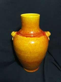 大明初期瓜子金双耳花瓶35cm 高。Ming era orange glaze vase