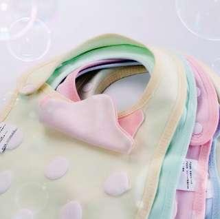 🚚 糖果色草莓圍嘴嬰兒春夏秋冬草莓棉薄口水巾新生兒童飯兜圍兜小圍嘴