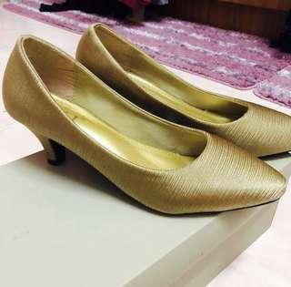 NEW Gold Pointed Mid Heels