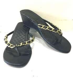🚚 氣質名媛小香款!幾乎全新!高雅金鍊碶型低跟好穿好走好搭夾腳涼鞋.7.5號.4.5公分