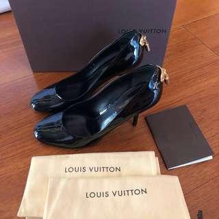 Louis Vuitton Black Patent Leather Gold LOCK IT Logo Pump Shoes