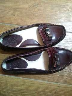 Authentic Vince camuto 7.5 wine colored doll shoes / flats for office or all around wear. Really comfy
