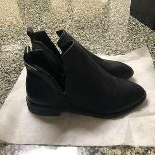 🚚 黑色尖頭短靴跟鞋