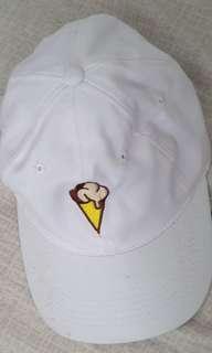Topi putih. Bordir es krim.