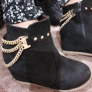 Gold Chain Feature Black Boots