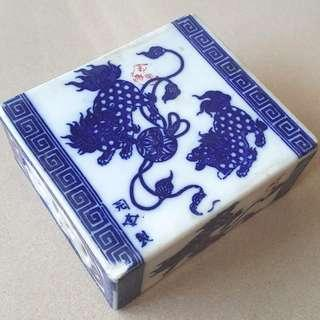 A beautiful blue and white porcelain pillow with lions design, Qing.