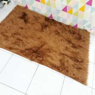 Karpet bulu fauxfur coklat madu