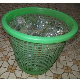 水晶燈水晶一大桶 非常重秤 鐵鉤位有銹漬 老舊水晶燈拆下 可以用作魚缸底佈置或中大型水種盆栽透明盆身擺放