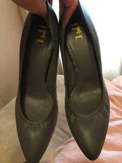 🚚 《二手》專櫃鐵灰色金屬跟高跟鞋