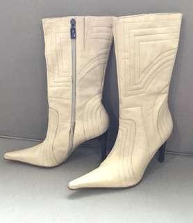 🚚 全新真皮巴西🇧🇷超牌超少見乳白壓紋帥氣有型中靴.筒高26cm筒寬17cm跟高9.5cm