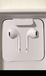 Apple Earpods (Lightning cable; wired)