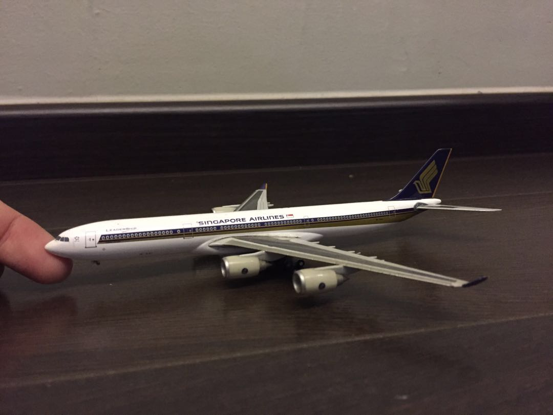 Singapore airline airplane model Herpa wings A340 w  missing parts