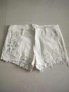 White lace shorts with pattwrn