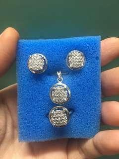 Set with pendant style illusion