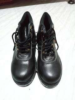 Savety shoes aresty ada 3 pasang, langsung sikat aja.