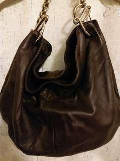 Loewe Caden Coffee Bea bag.  原裝正貨 購自 Landmark 中環。  Handle超靚。  可上膊。  皮質滑溜。