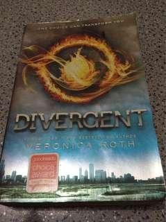 Divergent by Veronica Roth (paperback)