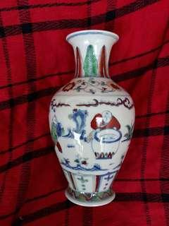 Ming dynasty Chen Hua mark Douchai vase 20cm high decorated with humans. 大明成化年制斗彩人物小瓶。到代精品