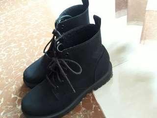 BLACK BOOTS H&M