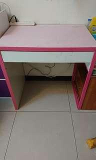 書桌(有電腦線孔)大約長60、寬45、高75