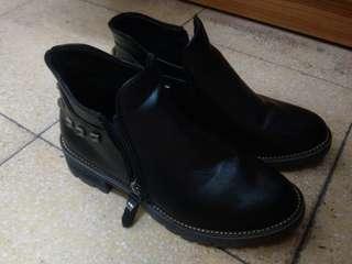 黑色短皮靴