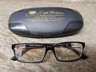 Kacamata minus hitam