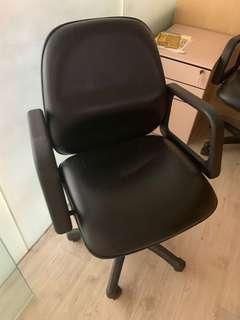 黑色皮椅有車轆扶手